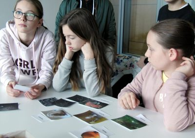 School students visiting Nanolive and trying the 3D Cell Explorer